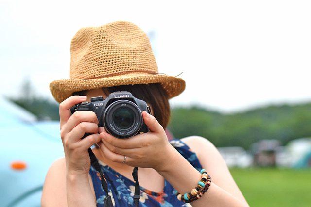 2人キャンプで写真を撮る